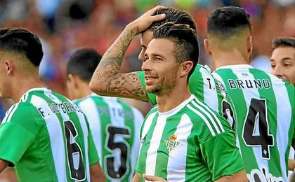 Rub�n Castro celebra su primer gol.