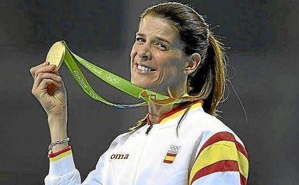 Ruth Beitia muestra orgullosa su medalla de oro.