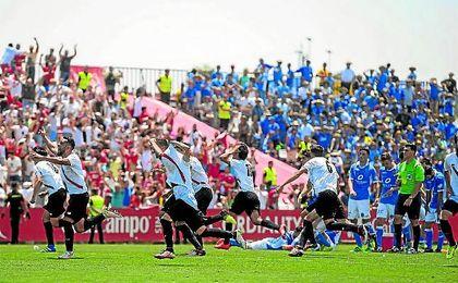 56 días han pasado de esta imagen, en la que jugadores y afición celebraban el ascenso a Segunda.
