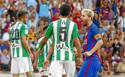 Messi celebra uno de sus goles ante el Betis.