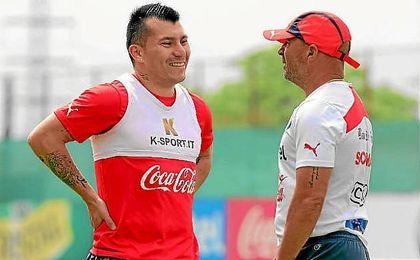 Gary Medel, con Sampaoli en la selección chilena.