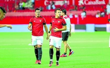 �Kono� calienta junto a Diego en el descanso del Sevilla-Espanyol.