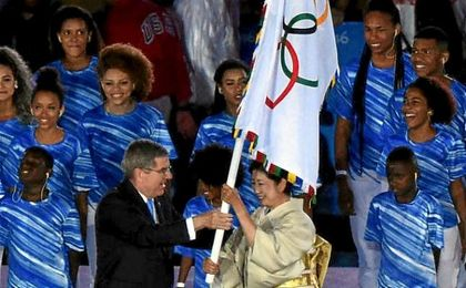 El emblema olímpico es entregado a la primera gobernadora de la capital japonesa.