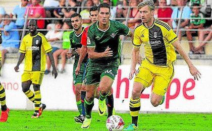 Álex Alegría presiona a un zaguero del Fulham durante uno de los amistosos de pretemporada.