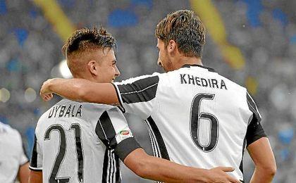Dybala y Khedira se abrazan tras el gol del germano.