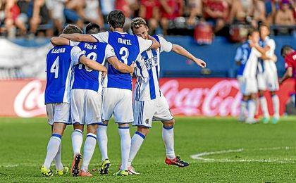 Los jugadores de la Real celebran el triunfo ante Osasuna.