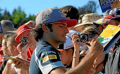Sainz, firmando autógrafos en el circuito de Spa.
