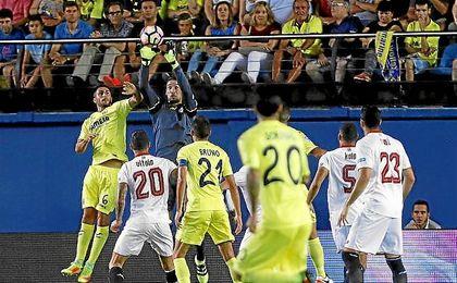 Sergio Rico salta más que nadie para atrapar un balón.