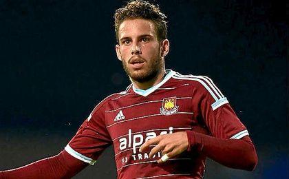 Poyet, nacido en Zaragoza (España), ha sido internacional sub-16 y sub-17 con Inglaterra y sub-20 con Uruguay.