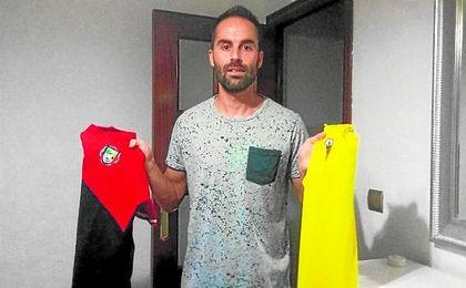 Jorge Bayón posa para ESTADIO DEPORTIVO con los dos escudos que ha defendido, y que se enfrentarán el domingo.