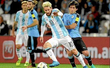 Messi lideró el triunfo de Argentina sobre Uruguay.