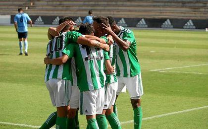 Los jugadores b�ticos celebran uno de los dos goles ante Los Barrios.