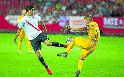 Carlos Fernández en un lance con Góngora en el partido contra el UCAM Murcia del pasado viernes.