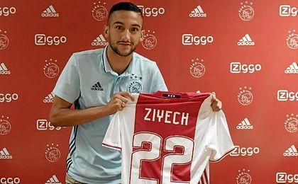 Hakim Ziyech posa con la camiseta del Ajax, que ha pagado por él once millones de euros.