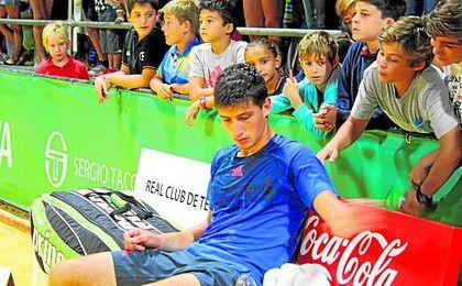 Cachín descansa en un partido en el Club de Tenis Betis.