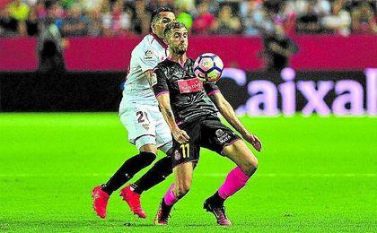 Mercado, en la imagen con Baptistao, vio ante el Espanyol una de las cinco amarillas recibidas.