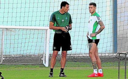Gustavo Poyet conversa con Sanabria en la sesión de ayer.