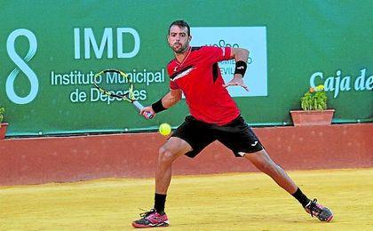 Iñigo Cervantes golpea la bola en el Club de Tenis Betis.