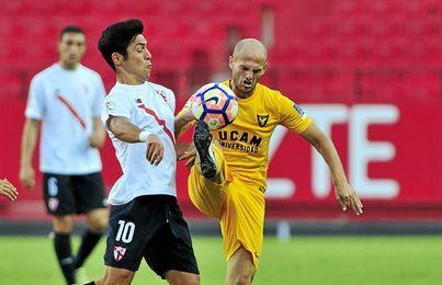 Borja Lasso disputa el balón en el partido ante el UCAM Murcia.