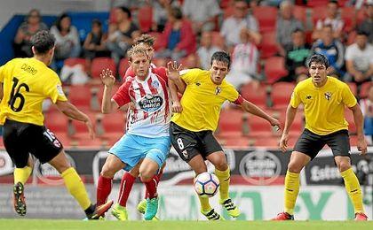 Cotán presiona a un rival, ante la mirada de Curro y Diego González.