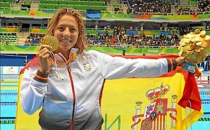 Nuria Marqu�s posa con su medalla de oro.