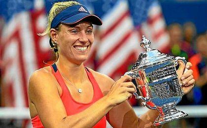 Kerber, sonriente, con el trofeo del US Open.