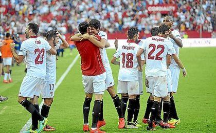 Los nervionenses celebran el gol de la victoria ante Las Palmas.