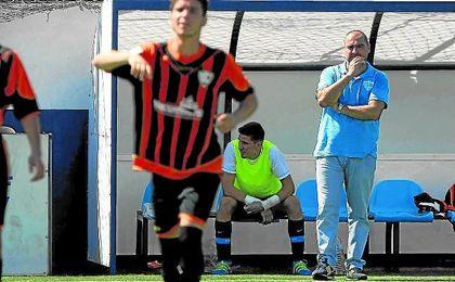 Joaqu�n Hidalgo sigue con atenci�n el partido jugado el pasado domingo en el Antonio Almendro.