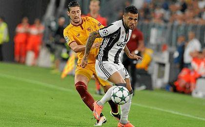Escudero y Alves pelean un bal�n en el Juventus Stadium.