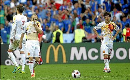 Silva e Iniesta se lamentan durante la derrota ante Italia en la Eurocopa.
