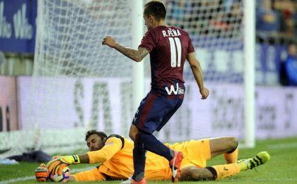 Sirigu, haciendo una de sus paradas en el partido ante Peña.