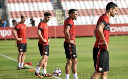 Varios jugadores del Sevilla durante el entrenamiento.