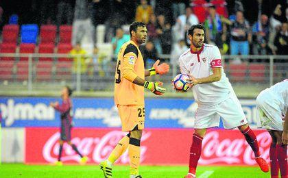 Sirigu tuvo trabajo en su debut como sevillista e Iborra tuvo que jugar como central.