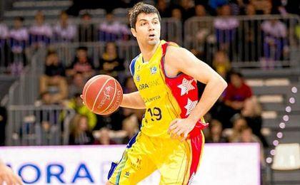Stojanovski disputa un partido con Macedonia.