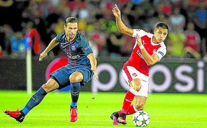Krychowiak persigue a Alexis Sánchez en un encuentro de Liga de Campeones de esta temporada.