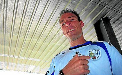 Gonzalo es historia viva del Alcalá, el equipo de su localidad, y con el que sigue goleando.