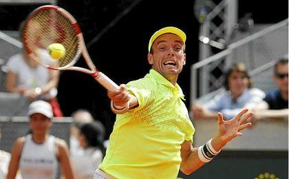 Roberto Bautista golpea una bola en el Open de Madrid.