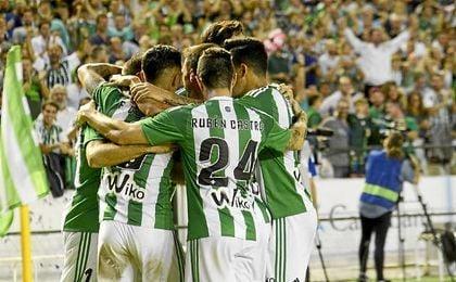 Los verdiblancos celebran el gol de la victoria ante el Málaga.