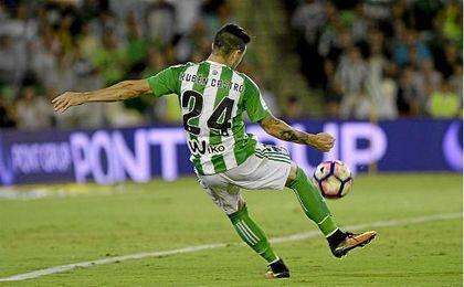 Rubén Castro, golpea una pelota ante el Granada.