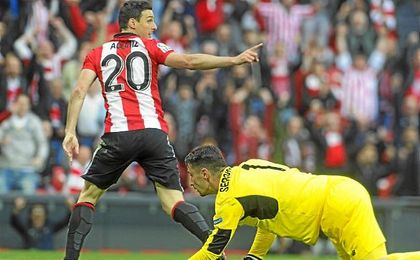 Aritz Aduriz firmó un doblete en la última visita del Sevilla a San Mamés.