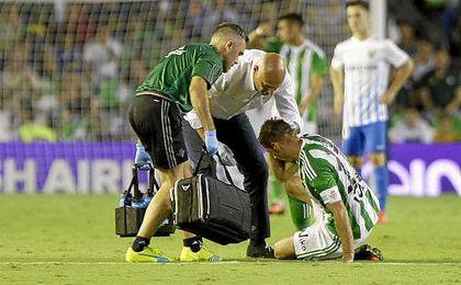 Joaquín es atendido por el doctor Calero durante el Betis-Málaga.