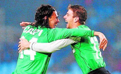 El extremo portuense se abraza a Capi, otro de los goleadores en 2003, además de Juanito.