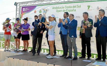 Azahara Muñoz recoge el trofeo.