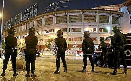 Despliegue policial en el estadio Sánchez Pizjuán.