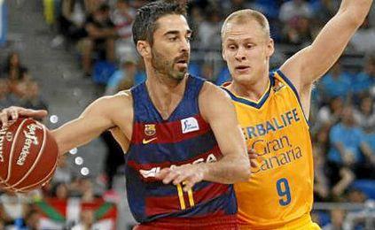 Navarro puja por un balón con Sasu Salin.