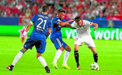 Franco V�zquez, presionado por dos rivales.