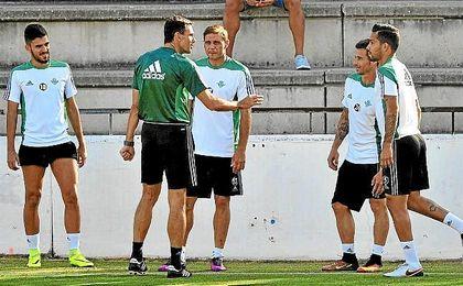 Poyet conversa con Rubén Castro y varios jugadores en un entrenamiento.