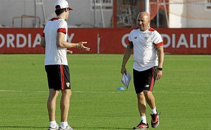 Sampaoli, junto a Mat�as Manna, en un entrenamiento.