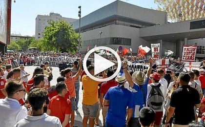 """Protesta de las pe�as del Sevilla: """"Con Tebas o con nosotros"""""""
