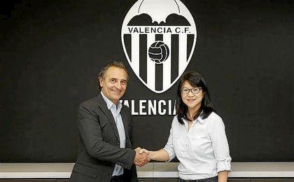 Cesare Prandelli, junto a la presidenta del Valencia, Lay Hoon Chan.